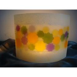 Ovale Kerze mit bunten Blumenmotiven