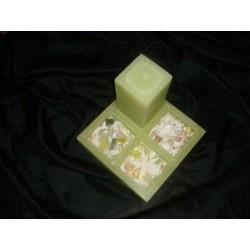 Grüne Kerze auf Tablett aus Wachs und Dekomaterial