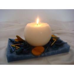 Weisse Kerze auf blauem Tablett aus Wachs und Dekomaterial