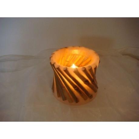 Weisse offene Kerze mit fallendem Bambus