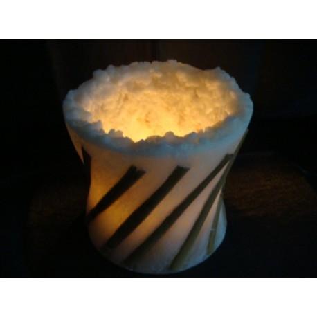 Große weisse offene Kerze m.fallendem Bambus